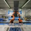 机器人弯折大且重的金属板