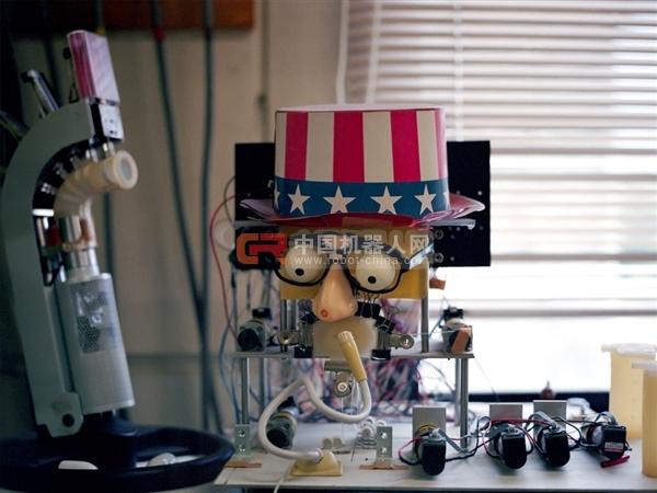 石黑浩还向威顿女士介绍了其他的日本机器人专家正在研发的风格不同的机器人