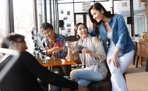 阿尔法智能服务人形机器人成餐饮界的新宠