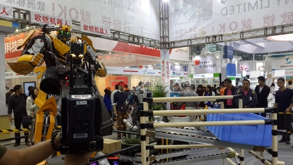 深圳欧铠第三代餐厅机器人-首次亮相第十六届高交会