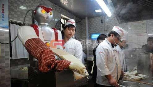 """长沙一餐厅雇""""奥特曼""""机器人削面"""