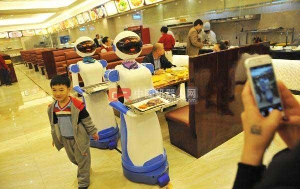 慈溪市联盛广场的一家港式餐厅推出了机器人送餐服务. CFP 资料-