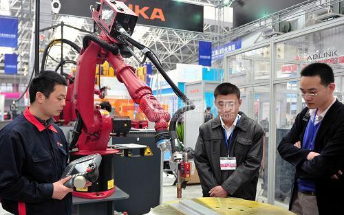 """工业机器人""""火得发烫""""今年将超过1.2万台"""