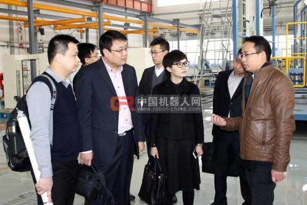 深圳连硕杨娅女士一行在柯马工厂考察,认真听讲解