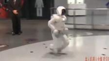 奥巴马和机器人玩足球