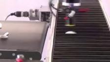 高速工业机器人处理塑料餐具