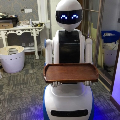 卡特自主研发送餐机器人