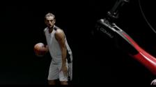 柯马Racer机器人与NBA篮球明星马科∙贝里内利