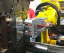 配天机器人_手机外壳预热台及注塑机工作站上下料