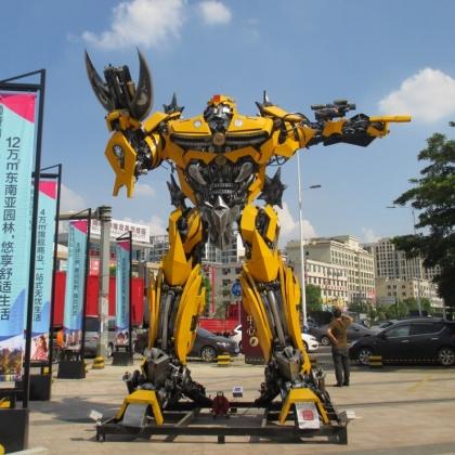 国庆暑假房地产商场暖场活动指南迎宾机器人租赁金属诱惑机器人厂家高约5米