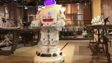 金属诱惑送餐迎宾机器人轮式移动太空人