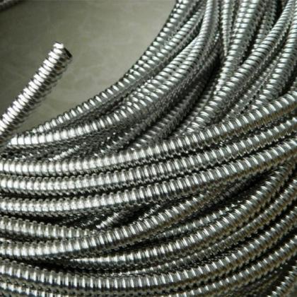 单扣不锈钢柔性导线管福莱通单扣穿线金属软管---人可以踩上去不会变形的软管!        结构牢固:抗拉、抗扭性能超过国内同类产品40%以上。抗侧压性能提高45%以上。 内外径偏差控制在正负0.1m
