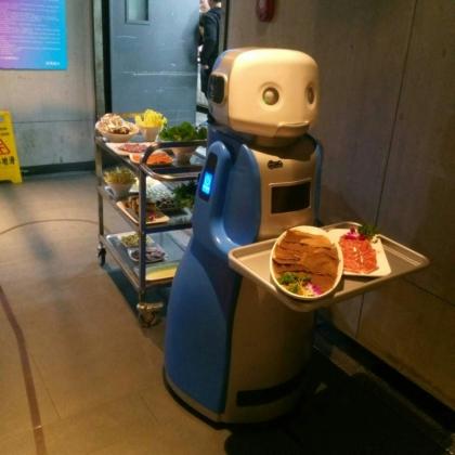 小镇餐厅冷落,客不满百人,引入送餐机器人后每日营收破万,老板笑谈赚钱舒服!