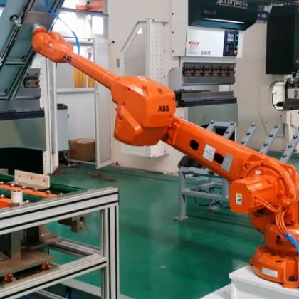 中国电梯行业最智能化的门板机器人折弯自动化生产线