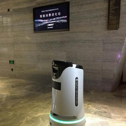 可自乘电梯带路送物的酒店服务机器人