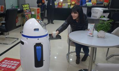 """机器人""""邮小萌""""亮相湖南 能说会道带您轻松办业务"""