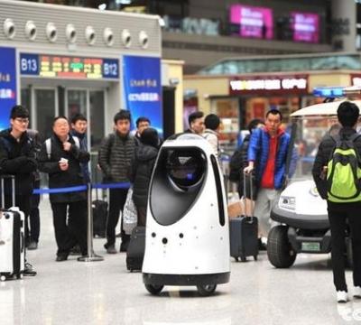 全国首款警察机器人亮相郑州高铁站