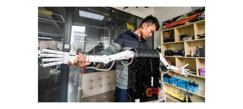 校园创客打造智能手语翻译机器人
