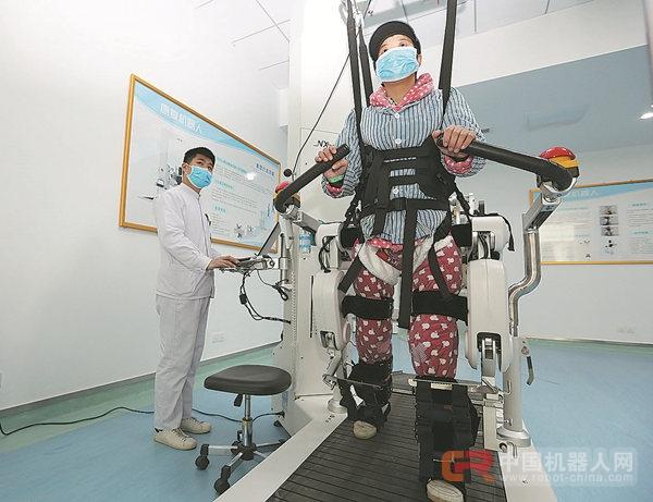 阳的一位病人在康复机器人的帮助下在医院里散步.-中国医疗机器人