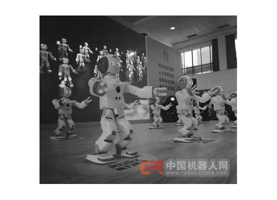 机器人跳群舞,动作整齐划一,太逗了!