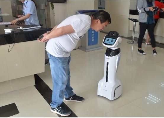 """广西首个机器人导诉员""""小宁""""上岗"""