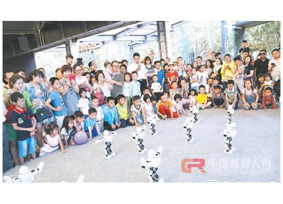 2017云南机器人嘉年华人气爆棚 数千名孩子和机器人
