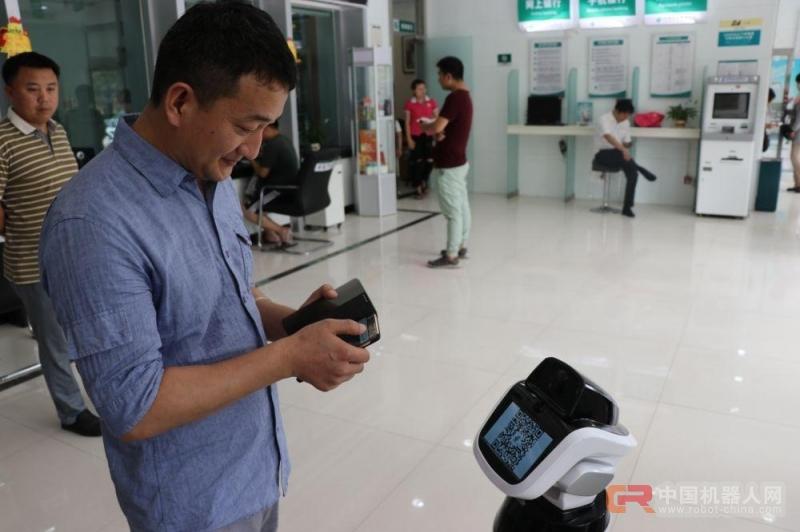 """河南邮政系统首台智能机器人""""储储""""上岗"""