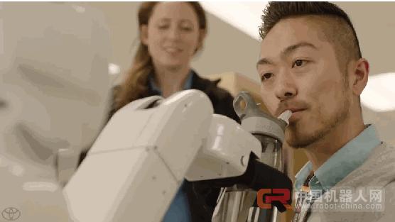 这个丰田机器人要点赞 能帮助残疾人更方便的生活