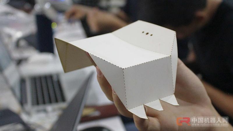 好神奇,一张纸在他们手里竟折成了千姿百态的机器人