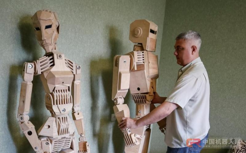 男子用1750块零件打造木制机器人