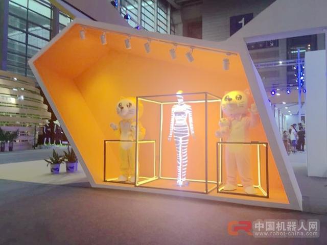 艾猫早教机器人亮相2017深圳服博展领导智能科技新生活