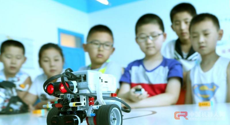 """山东即墨:""""机器人课堂""""助乡村孩子欢度暑假"""