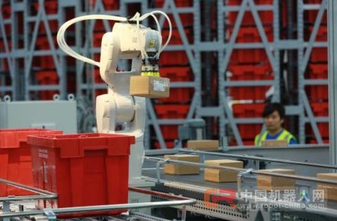 """加快实现智能化转型 机器人""""上岗""""物流业"""
