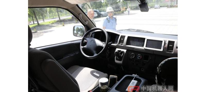 无人驾驶中巴车苏州上路测试成功