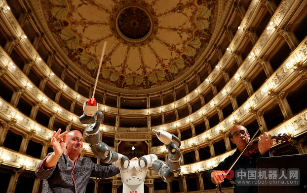 意大利一乐团演奏 由机器人担任乐队指挥