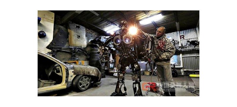 俄罗斯汽车技工用汽车零件打造出手臂、头部都可移动的机器人