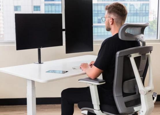 这款智能办公桌不仅站坐由你,还内嵌了一个智能助手来关照你的生活日常