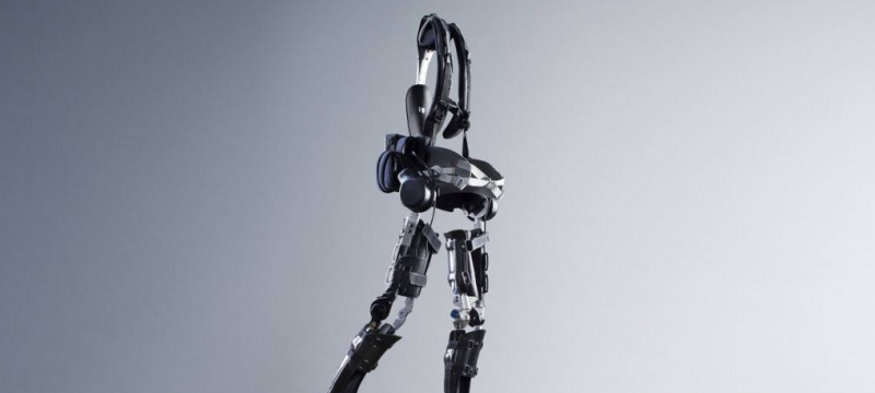 研发外骨骼机器人帮患者独立行走
