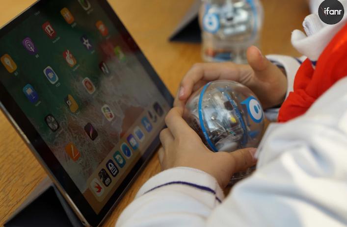 课本居然是 iPad 和机器人,小学生的第一堂编程课都在学些什么?