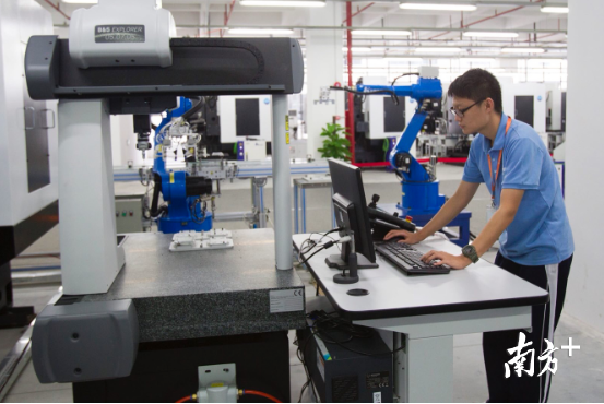人工智能抢饭碗?东莞机器换人后,新增就业超8万