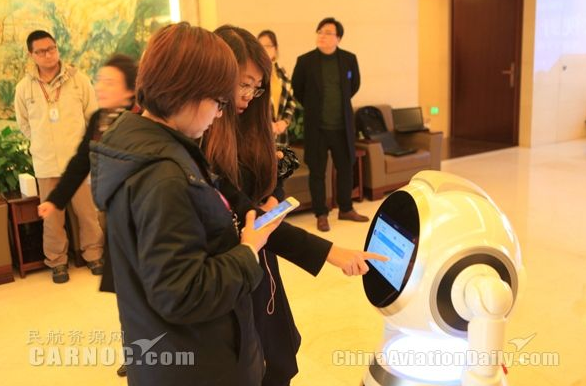 智能机器人亮相昆明长水国际机场