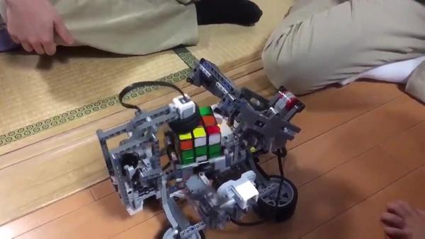 大神用乐高积木拼装了一台机器人 甚至可以玩魔方