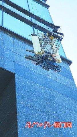"""厦企造机器人人""""上岗实习"""" 洗高楼外墙又快又好"""