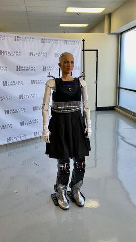 全球最先进的表情机器人索菲亚首次具备行走能力