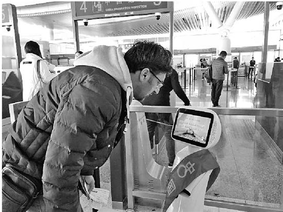 """自助通关10秒搞定,机器人帮你答疑杭州口岸越来越有""""国际范"""""""