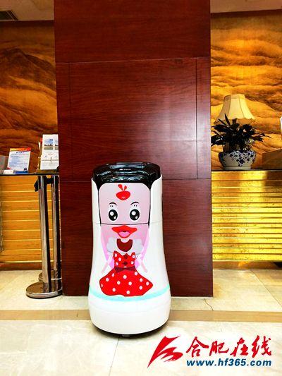 """智能机器人""""小天""""首次服务市""""两会"""""""