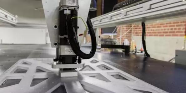服装厂的缝纫工人都慌了 智能缝纫机器人生产一件T恤仅需22秒