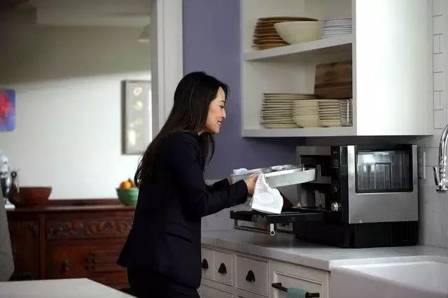 这对夫妇发明一款做饭机器人,可同时烹饪四种食物,还能当冰箱使