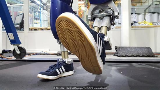 人类在赛车领域也将被击败?机器人骑摩托与人类竞技