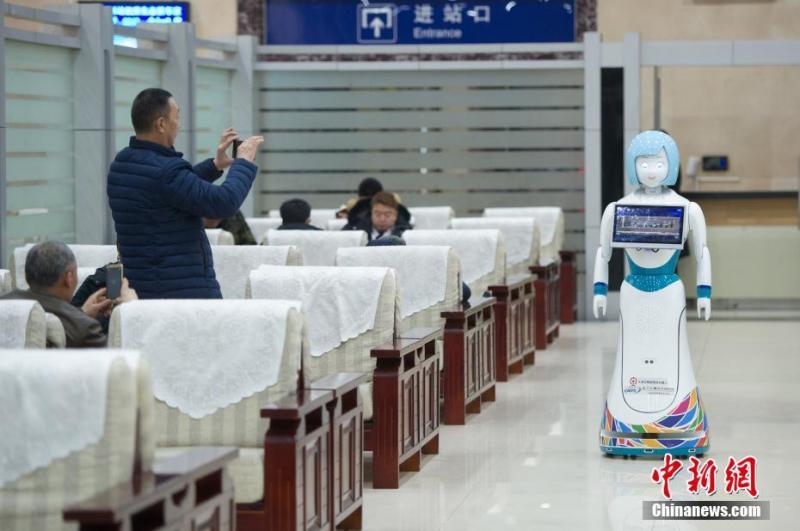 春运首日 智能机器人太原火车站上岗服务